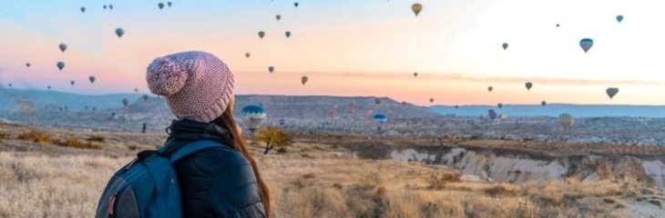 woman looking at hot air balloons 3278215
